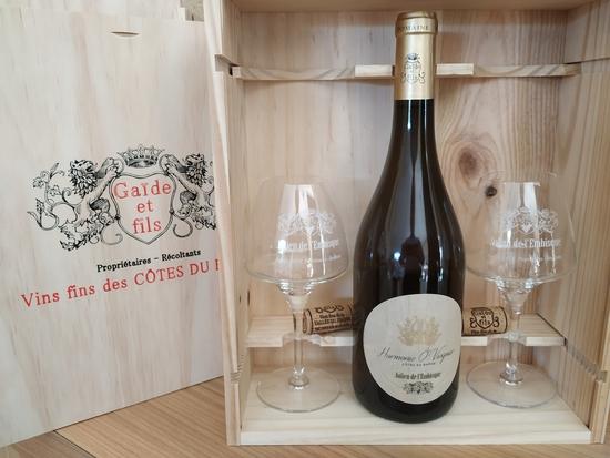 1 btl 75 cL Harmonie Ô Viognier -vin bio- et 2 verres gravés Chef & Sommelier dans caisse bois